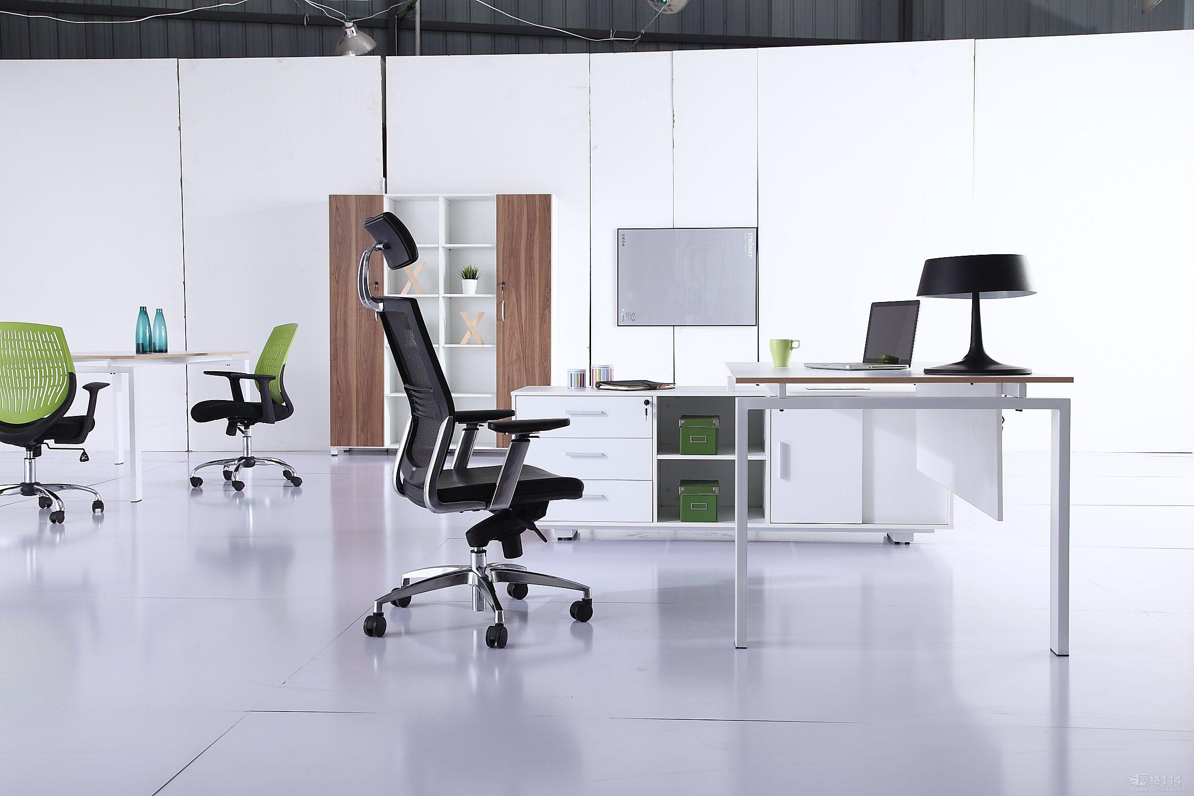 創造一個完美的辦公室空間,不僅能夠提高工作效率,也能夠提高企業整體形象。那么應該如何創造一個完美的辦公室空間?下面杭州一禧辦公室裝修設計小編就為大家介紹一下,辦公室家具應該如何搭配,才能創造一個完美的辦公室空間:   家具款式    多樣式組合選擇,互相搭配運用,不受空間及時間的限制,發揮出組合的最高效能,使用者可按照自己的喜好增加組合功能。   家具規格    1:充分考慮安全性、持久性等是辦公家具的基本要求:;   2:除了制式規定的尺寸外,還可依照現場需求去定制,不僅能充分利用空間,更能就使用性質
